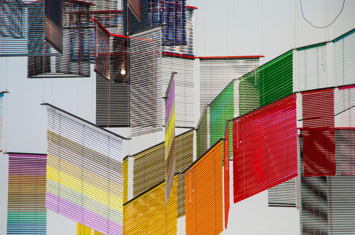 梁慧圭-俗世日记与无常日子-2013半自动百叶窗-铝悬挂结构-粉末涂料-钢丝-500(H)606(D)426(W)cm