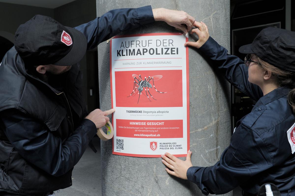 Klimaschutzpolizisten hängen am Montag (14.09.15) in Bern Plakate auf. Foto: Markus Forte/Ex-Press